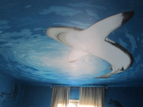 cameretta bambini, decorazione squalo a soffitto, stanza da letto tema degli abissi