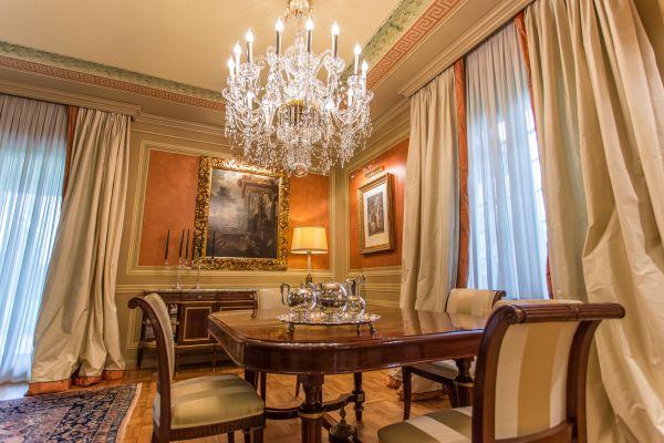 Ambiente con decorazioni classiche, soggiorno